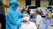 Cán bộ y tế Bệnh viện Đa khoa Cửa Đông trắng đêm lấy mẫu xét nghiệm Covid-19 cho người dân TP. Vinh