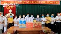 Trưởng ban Dân vận Tỉnh ủy thăm, tặng quà lực lượng tuyến đầu chống dịch