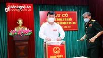 Chủ tịch UBND tỉnh Nguyễn Đức Trung bỏ phiếu bầu cử tại phường Trường Thi (TP. Vinh)