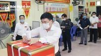 Đồng chí Nguyễn Văn Thông bỏ phiếu bầu cử tại phường Hưng Phúc, thành phố Vinh