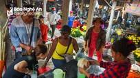 Người nước ngoài thích thú với chợ quê ở miền biển xứ Nghệ