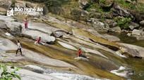 Người dân tìm chốn 'giải nhiệt' ở một trong những ngọn thác đẹp nhất xứ Nghệ