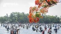 Hàng nghìn người dân Nghệ An tham gia hội nơm bàu trong thời tiết nắng nóng