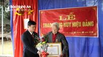 Trưởng Ban Dân vận Tỉnh ủy trao Huy hiệu 70 năm tuổi Đảng tại Thanh Chương