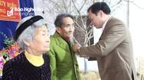 Trưởng Ban Tuyên giáo Tỉnh ủy trao Huy hiệu 70 năm tuổi Đảng tại Quỳnh Lưu