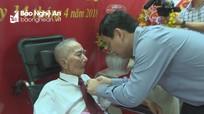 Bí thư Tỉnh ủy trao Huy hiệu 70 năm tuổi Đảng cho đảng viên lão thành