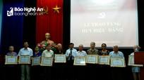 Trao Huy hiệu Đảng cho các đảng viên ở TP. Vinh