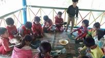 Học trò người Đan Lai trải nghiệm gói bánh chưng