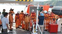 Nghệ An đón 2 thuyền viên và 1 thi thể trên tàu cá bị đâm chìm vào bờ