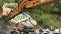 Nghệ An: Hai ô tô lật nhào bên đường, 3 người bị thương nặng