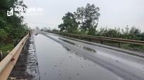 Chất lạ đổ tràn đường Hồ Chí Minh đoạn qua Nghệ An, bốc mùi hôi nồng nặc