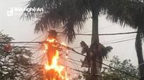 Cột điện bốc cháy ngùn ngụt giữa trời mưa to ở Nghệ An