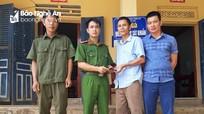 Công an xã ở Nghệ An trao trả ví tiền cho người bị mất