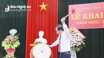 Trưởng Ban Tổ chức Tỉnh ủy đánh trống khai giảng năm học mới tại Trường Tiểu học Diễn Kỷ
