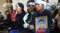 Nhói lòng cảnh cha mắc ung thư chống nạng dự phiên xét xử kẻ giết con trai