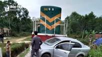 Xe 4 chỗ bị tàu hỏa đâm văng khi qua đường sắt