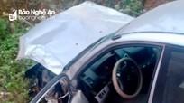 Nghệ An: Xe bán tải vỡ nát đầu nhưng không bung túi khí, tài xế nguy kịch