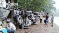 Ô tô tải mất lái lật chỏng chơ bên đường