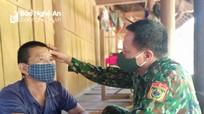Quân y chốt phòng chống dịch cấp cứu người dân bị nạn trong đêm