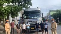 Phát hiện xe đầu kéo chở 6 người 'thông chốt' để ra khỏi thành phố Vinh
