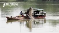"""""""Cát tặc"""" ngang nhiên rút ruột sông Lam tại Anh Sơn"""