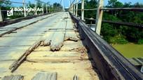 Dân nơm nớp lưu thông trên cầu treo xuống cấp nghiêm trọng