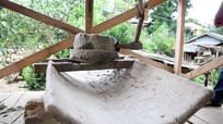 Độc đáo chiếc cối xay lúa cổ của người Mông