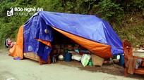 Bùn rác bủa vây sau lũ, nhiều hộ dân tại Tương Dương vẫn đang 'ăn nhờ ở đậu'