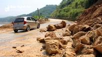 Tiếp tục xuất hiện hàng loạt vết nứt lớn trên dốc Chó ở Quốc lộ 7