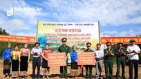 Bộ đội giúp dân xã biên giới Nậm Giải đưa nước về đồng ruộng