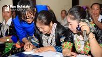 Phụ nữ dân tộc Mông Nghệ An hào hứng chong đèn đi học chữ