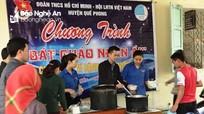 Hơn 150 bát cháo nhân ái trao cho bệnh nhân nghèo ở Quế Phong