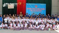 Viện Hàn lâm khoa học xã hội Việt Nam trao quà cho học sinh huyện Anh Sơn
