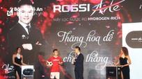 Mỹ Tâm và danh thủ Quang Hải dự lễ vinh danh 'Nữ hoàng bình nước nóng' ROSSI ART tại Vinh