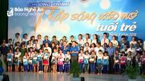 Trao 76 suất quà cho học sinh nghèo vượt khó học giỏi ở Quỳnh Lưu