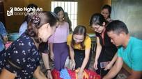 Tặng hàng trăm suất quà cho học sinh vùng lũ Con Cuông