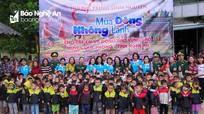 Các tổ  chức, đoàn thể trao quà cho học sinh và người dân ở Quế Phong