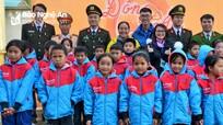 Tặng quà cho học sinh và hộ nghèo ở Nghĩa Đàn, Quỳ Châu, Quế Phong và Đô Lương