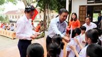 Các cơ quan, đoàn thể trao học bổng và hỗ trợ quà cho học sinh nghèo, gia đình khó khăn