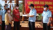Cục Hải quan Nghệ An trao tiền hỗ trợ xây dựng nhà đại đoàn kết
