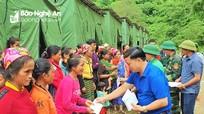 Huyện Kỳ Sơn trao quà hỗ trợ người dân xã Mường Típ, Mường Ải