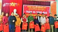 Đồng chí Lê Quang Huy trao quà cho hộ nghèo ở Kỳ Sơn