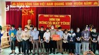 Trưởng Ban Dân vận Tỉnh ủy tặng thiết bị hỗ trợ học trực tuyến tại Tương Dương