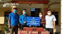 Trao quà hỗ trợ cho người dân vùng ngập lụt Quỳnh Lưu
