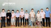 Trưởng Ban Dân vận Tỉnh ủy tặng quà cho học sinh nghèo tại thị xã Hoàng Mai