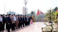 Đoàn đại biểu Cuộc thi KHKT cấp quốc gia học sinh trung học dâng hoa tại Tượng đài Bác Hồ