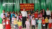 Sở Giáo dục và Đào tạo trao hơn 500 suất quà cho giáo viên và học sinh các huyện miền núi