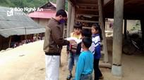 Giáo viên Nghệ An  đến từng nhà giao bài tập, giảng bài cho học sinh trong mùa dịch