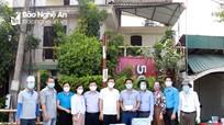Sở Giáo dục và Đào tạo Nghệ An tặng quà cho lực lượng làm nhiệm vụ chống dịch