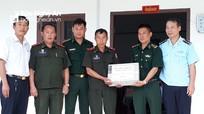 Tặng quà đơn vị bạn Lào bị thiệt hại trong mưa lũ